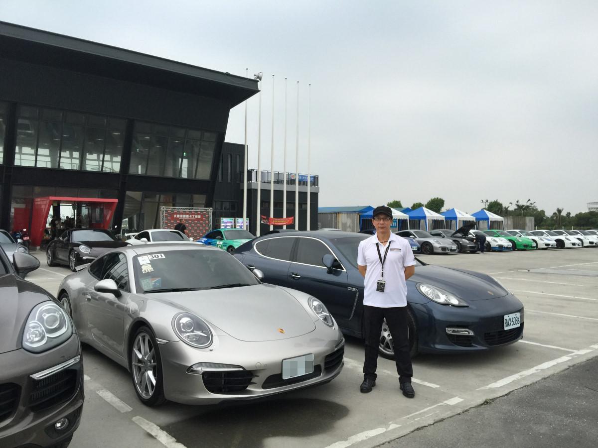 在「大鵬灣小型賽車場」外留下一張照片。