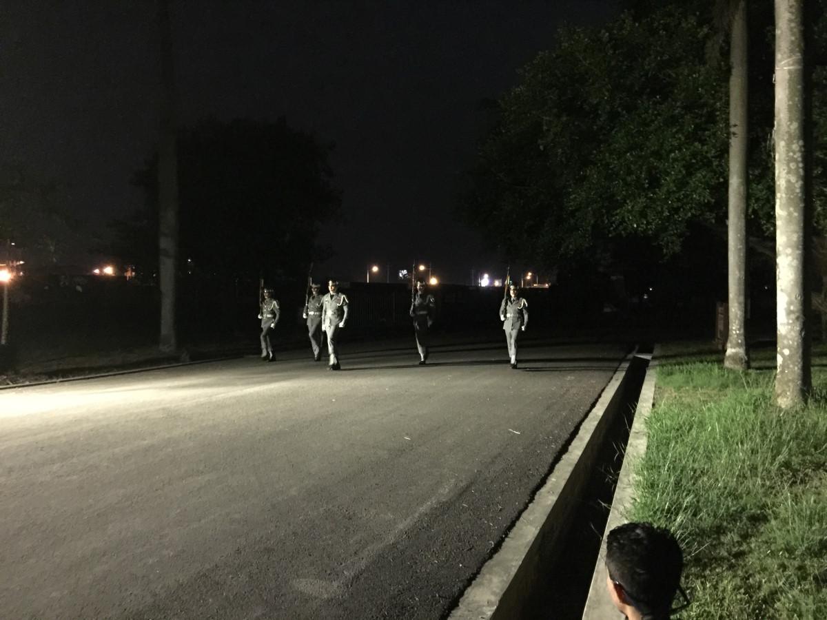 晚餐前的驚喜!空軍儀隊操槍表演,個個體格挺拔,臉帥不帥?遠遠的看不清楚,但是軍服穿起來就是好看。