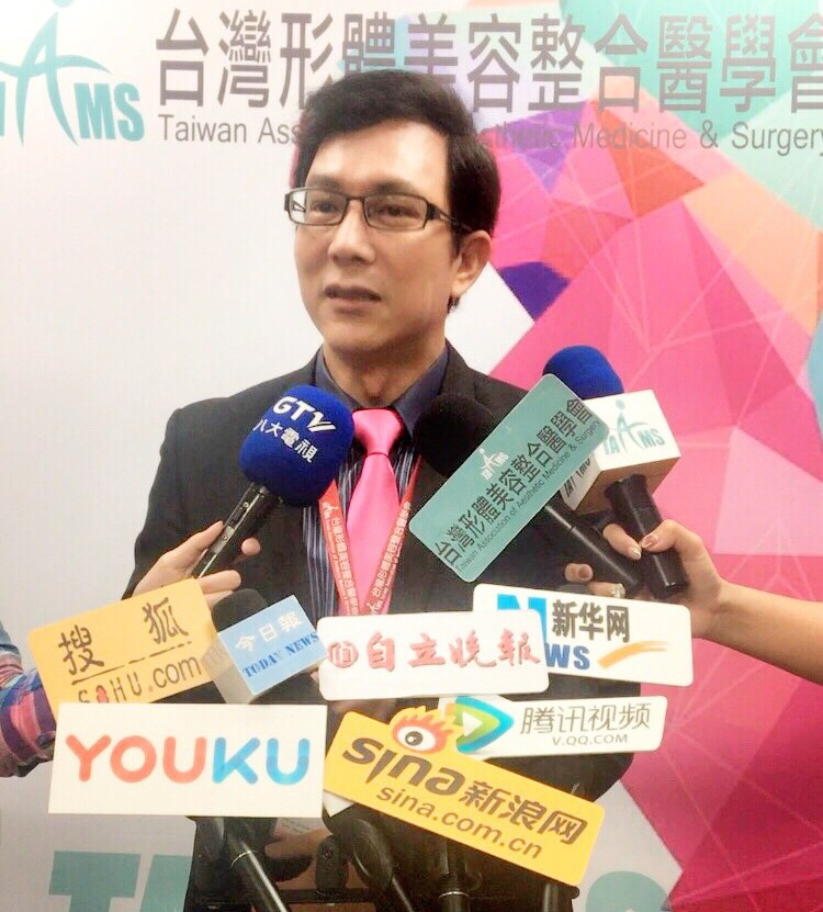 自體脂肪隆乳手術演示會議後接受媒體採訪