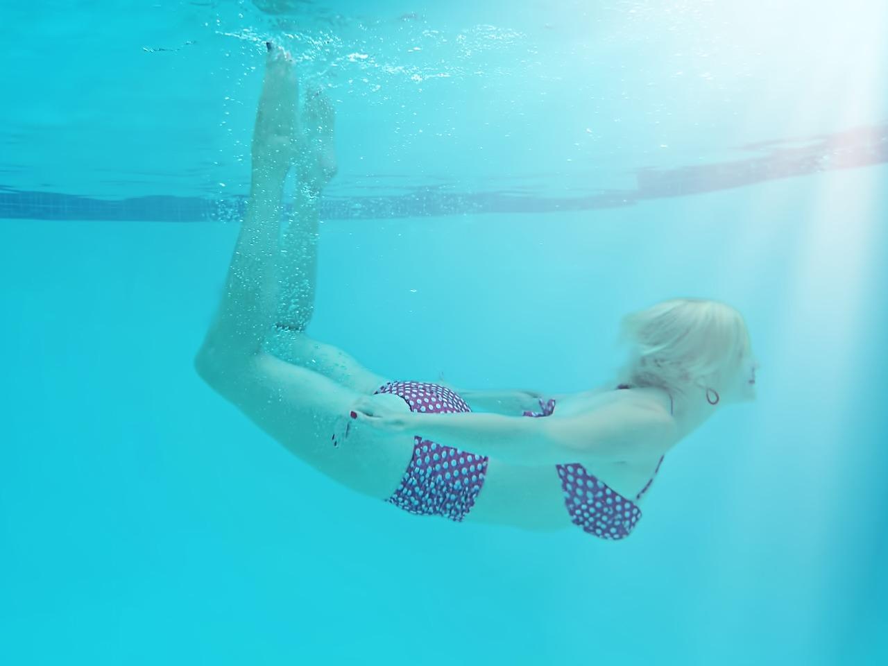 經常在游泳池內泡泡水有減肥的效果